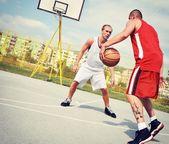 Twee basketbalspelers op de rechtbank — Stockfoto