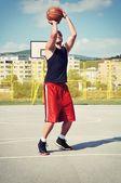 Koszykówka gracz koncentratu i przygotowanie do strzelać — Zdjęcie stockowe
