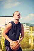 Concentrado de jugador de baloncesto y preparando para disparar — Foto de Stock