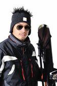 Un skieur masculin posant avec équipement complet sur fond blanc — Photo