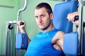 Muskulös man tränar i gym — Stockfoto