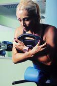 Bella donna muscolare, allenamento in palestra — Foto Stock