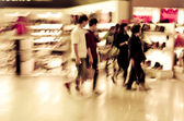 Shopping crowd at marketplace shoe shop — 图库照片