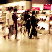 Shopping crowd at marketplace shoe shop — Stock Photo
