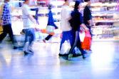 Winkelen menigte op marketplace — Stockfoto