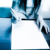 Lápiz y papel en escritorio — Stockfoto
