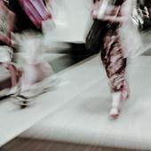 Ville affaires marchant rue flou mouvement — Photo
