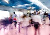 Sfocatura passeggeri a piedi alla stazione della metropolitana — Foto Stock