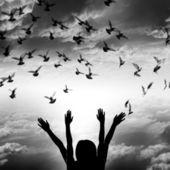 Silhouet van meisje en vliegende duif op hemelachtergrond, — Stockfoto