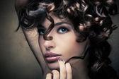 блестящие вьющиеся волосы — Стоковое фото