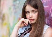 ファッションの女の子の持株メガネ. — ストック写真