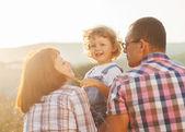 šťastná rodina baví venku a s úsměvem — Stock fotografie