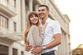 Jeune couple amoureux en plein air. — Photo