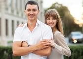 Ungt par i kärlek utomhus. — Stockfoto