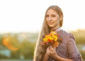 Bir buket ile kız — Stok fotoğraf