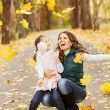 Foto Stock: Mother and daughter in the autumn park
