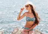 年轻漂亮的女人在海滩上 — 图库照片