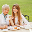 senior woman with erwachsenen tochter — Stockfoto