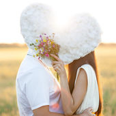 молодая пара, поцелуи за — Стоковое фото