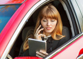 Businesswoman specifies the transaction by phone — Stock Photo
