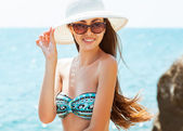 Young beautiful woman on the beach, wearing a hat — 图库照片