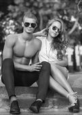 Young couple kissing with sunglasses outdoors — 图库照片