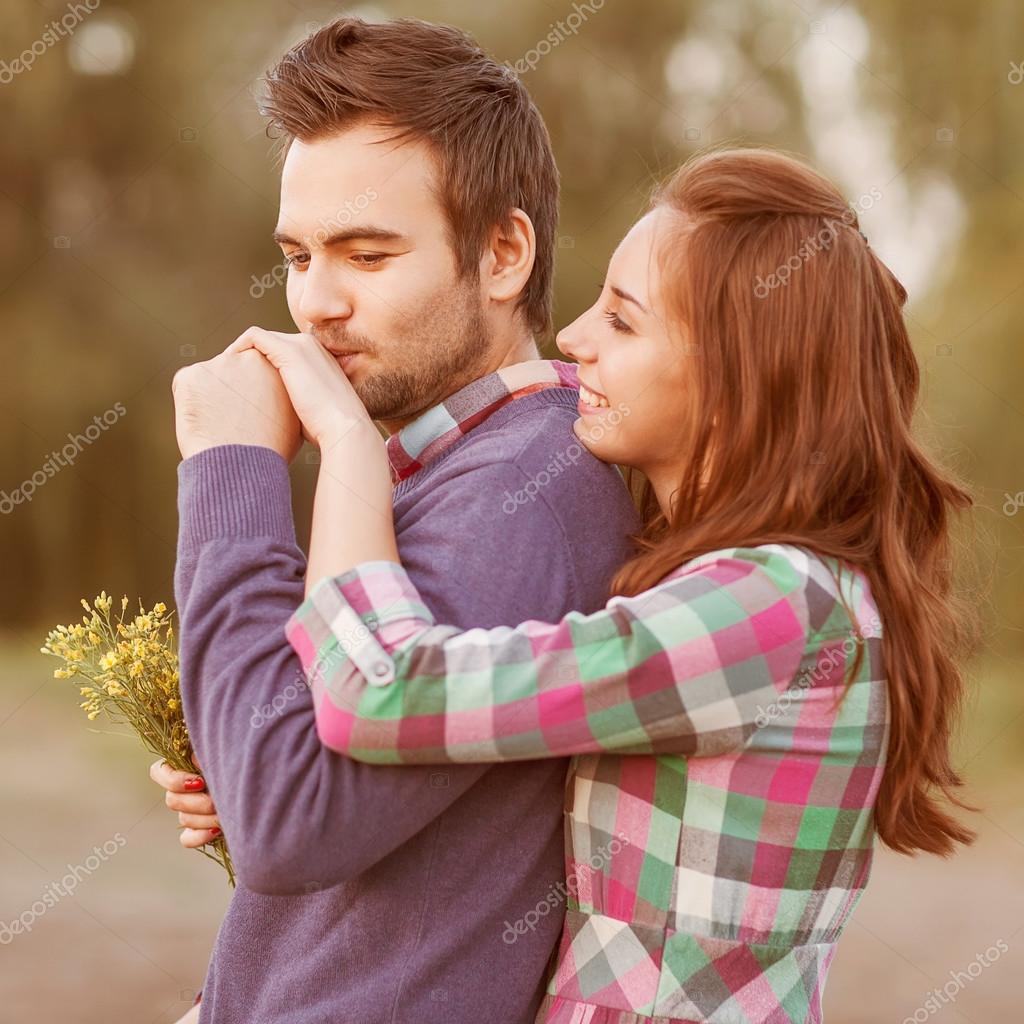Парень целует попу девушки видео