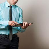 серьезные молодых мужчин исполнительный, с помощью цифрового планшета против — Стоковое фото