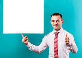 крупным планом руки человека, показывая пустой доске на синий фон — Стоковое фото