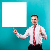 крупным планом руки человека, показывая пустую доску на синем фоне — Стоковое фото
