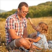 Healthy father and daughter playing together at the beach carefr — Stockfoto