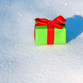 Gift in snow — Stockfoto