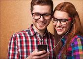 Junges paar gemeinsam musik hören — Stockfoto