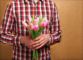 Miłości para - człowiek z wzrosły oczekiwania jego kobieta. walentynki — Zdjęcie stockowe