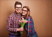 Young couple in love holding a bouquet of tulips. — Stock fotografie