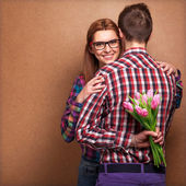 Young couple in love holding a bouquet of tulips. — Stockfoto