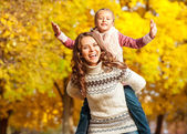 Moeder en dochter plezier in de herfst park — Stockfoto