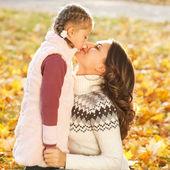 Mère et fille s'amuser dans le parc en automne — Photo