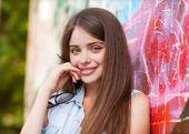 小女孩在户外站附近涂鸦墙 — 图库照片