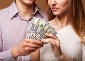 Moda bella coppia in amore tiene i soldi del bilancio familiare — Foto Stock