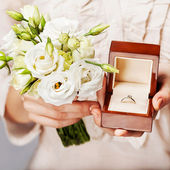 Close up of bride with bouquet of flowers and wedding ring.  — Foto Stock