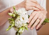 Vrouw met paars prachtig gemanicuurde nagels — Stockfoto