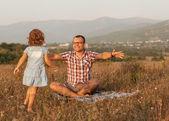 Ojciec i córka na polu w górach szczęśliwy — Zdjęcie stockowe