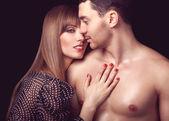 美丽性感亲密情侣互相拥抱着彼此 — 图库照片