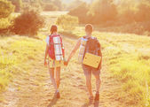 Two tourists with backpacks on the plateau. Young couple go on t — Stockfoto