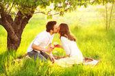 Пара в любви поцелуи в природе держат бокалы — Стоковое фото