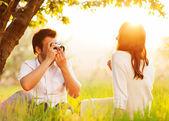 Paar in Liebe auf die Natur fotografiert — Stockfoto