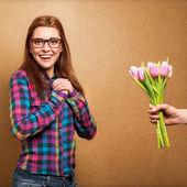 女孩穿着时髦惊讶的捐赠的一束鲜花 — 图库照片