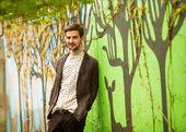 魅力的な若い男性モデル屋外でポーズ — ストック写真