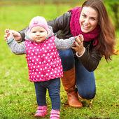 Матери и ребенка в парк портрет — Стоковое фото